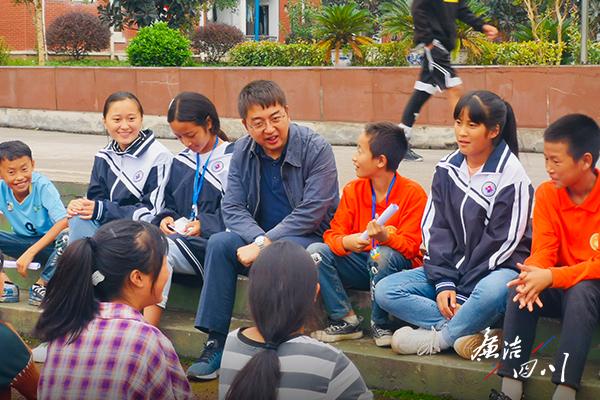 图为陈劲松(中)和桐华班的孩子们.jpg